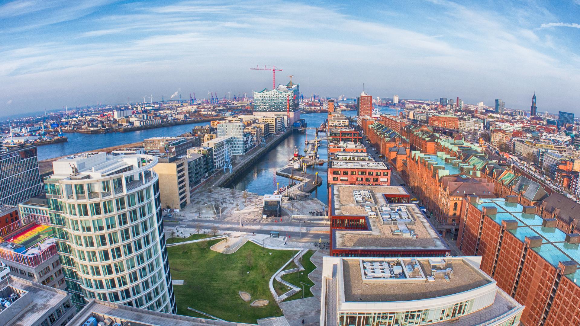 Blick über den Sandtorhafen in der Hamburger Hafencity